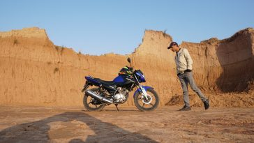 Haris awaan with his Yamaha YBR at some tourist spot
